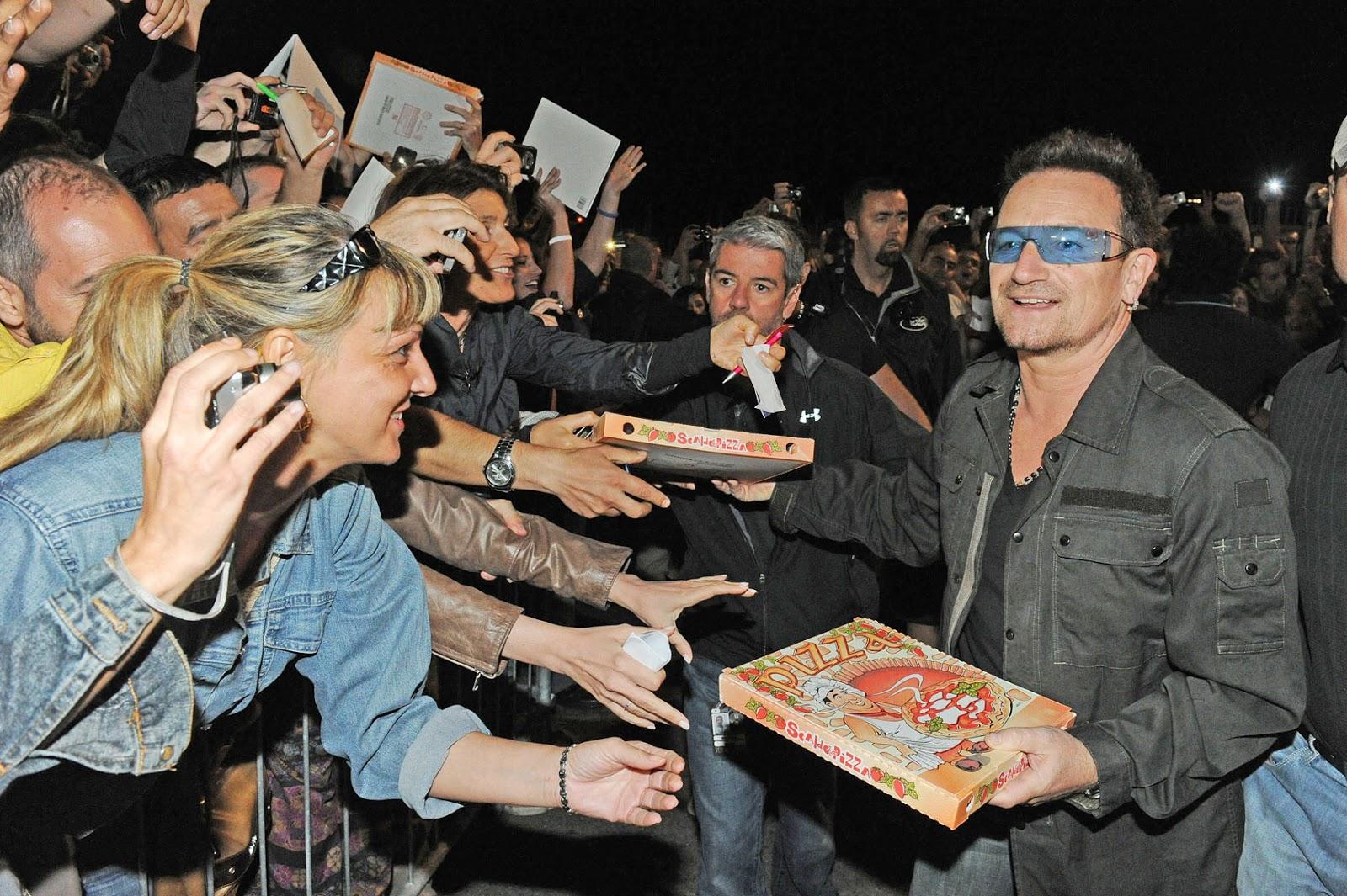 bono vox u2 concerto torino porta pizza a pubblico foto daniele solavaggione